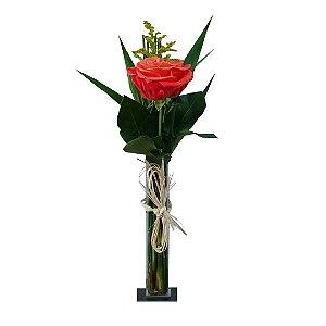 Arranjo Solitário com 01 Rosa Colombiana Vermelha no Vaso de Vidro