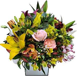 Arranjo Mix de Flores Nobres No Vaso de Vidro Espelhado