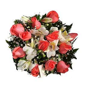 Buquê com 12 Rosas Nacionais Cor Goiaba e Astromélias Brancas