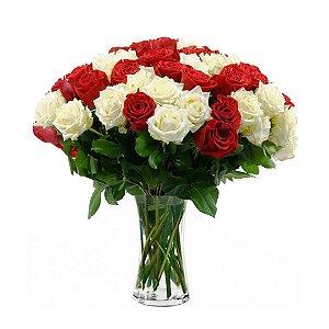 Arranjo com 50 Rosas Selecionadas Brancas e Vermelhas no Vaso de Vidro