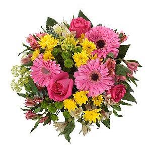 Buquê com Gérberas Rosas, Astromélias Rosas, Crisantemos Amarelos, Rosas Cor de Rosa e uma folhagem Selecionada.