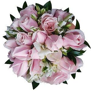 Buquê com 18 Rosas Nacionais Cor de Rosa, Astromélias e Ruscus