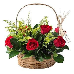 Cesta Delicadeza com 07 Rosas Vermelhas Nacionais