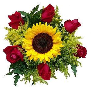 Buquê com 06 Rosas Nacionais Vermelhas e 01 Girassol
