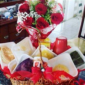 Cesta café Regional Com buque meia duzia de rosas