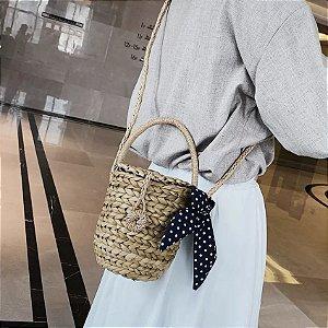 Bolsa feminina em palha baldinho bege com alças em palha e lenço