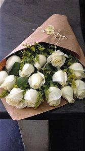 Cone em papel craft com 15 botões de rosas