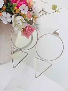 Argola com pingente de triângulo em ouro branco