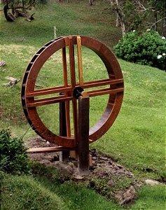Roda d'água de madeira com diâmetro de 2,20 mts  Reforçada - Merco Comercial