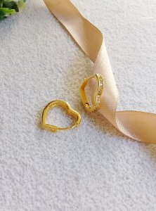 Brinco argola articulada coração cravejada banhada a ouro 18k