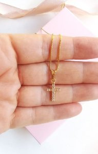 Colar mini cruz com zircônias cravejadas Viva banhado a ouro 18k