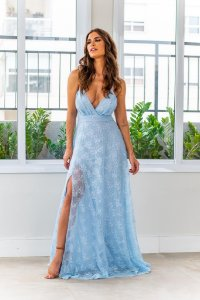 Vestido de festa em renda com fenda
