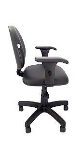 Cadeira Giratória Base em Metal Assento e Encosto Executivo Interligados por Lâmina de Aço Revestimento em Corino liso cor Preto com Braço Digitador