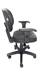 Cadeira Giratória Base em metal modelo Ergonômica Backsystem Assento e Encosto espuma injetada revestimento em Corino com Costura cor Preto
