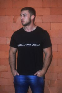 """Camiseta Long Preta """"FOI MAL, TAVA DOIDÃO"""""""