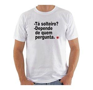 Camiseta Manga Curta iCuston TÁ SOLTEIRO? DEPENDE DE QUEM PERGUNTA.