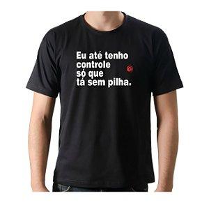 Camiseta Manga Curta iCuston EU ATÉ TENHO CONTROLE SÓ QUE TÁ SEM PILHA