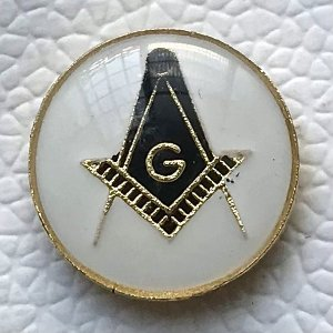 Pin Esquadro e Compasso Preto com fundo branco