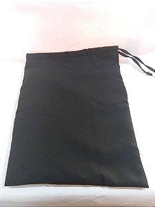 Bolsa preta em tecido liso