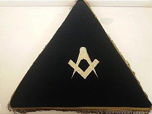 Almofada em triangulo bordado esquadro e compasso