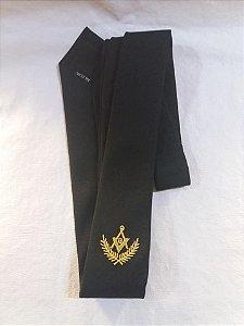 Gravata preta com emblema dourado sem no