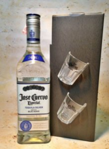 Kit Tequila José Cuervo Prata 750ml Com 2 copos de shot