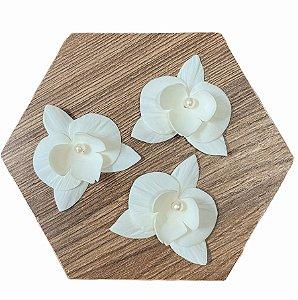 Trio de orquídeas pequenas em porcelana
