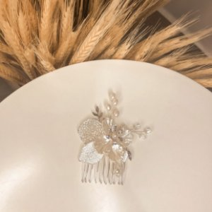 Mini pente flor prateado