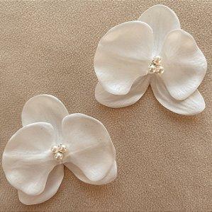 Kit com duas presilhas de orquídeas pequenas brancas com 3 pérolas no miolo