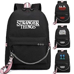Mochila STRANGER THINGS - Com Saída USB para Carregador e Fone