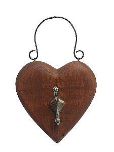 Coracao em madeira com gancho em metal