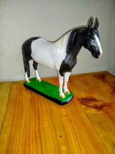 Escultura de cavalo preto e branco
