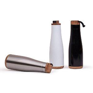 GA6300 - Garrafa aço inoxidável capacidade 750 ml. Parede simples, tampa rosqueável anel vedador de silicone. Alça retrátil em borracha, embutida na tampa. Textura imitação de madeira.