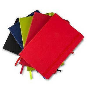 CAD003 - Caderno de anotações com elástico, suporte para caneta, capa dura em material sintético, miolo 80 folhas pautadas cor bege.