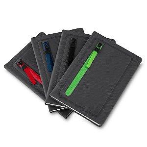 CAD110 - Caderno de anotações com porta objetos na capa, capa dura em material sintetico, miolo 80 folhas pautadas na cor bege.