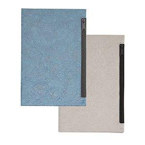 CAD260 - Caderno de anotações com porta objetos na capa, capa dura em material sintetico, miolo 80 folhas pautadas na cor bege.