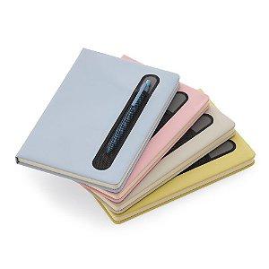 CAD290 - Caderno de anotações com suporte para caneta, capa dura em material sintético, miolo 80 folhas pautadas na cor bege.
