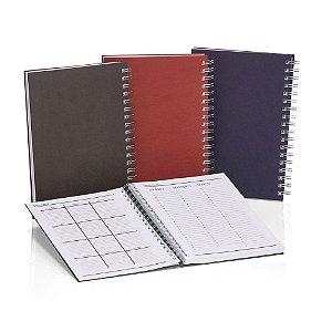 CAD330 - Caderno capa dura. São 96 folhas, 192 páginas com 8 páginas iniciais padrão sendo dados pessoais, calendário, planejamento anual e trimestral.