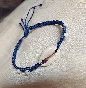 Pulseira azul com pingente de búzio
