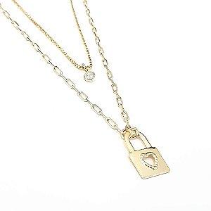 Gargantilhas Folheadas a Ouro Dupla Contendo uma pedra de Zircônia e Pingente de Cadeado Medida 15/20cm mais extensor de 5cm