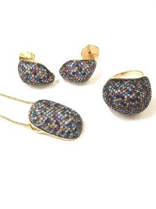 Conjunto folheado a ouro com três peças cravejados de zircônia