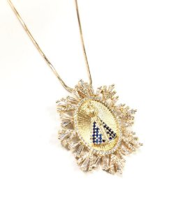 Gargantilha folheada a ouro com pingente de nossa senhora cravejado na zircônia