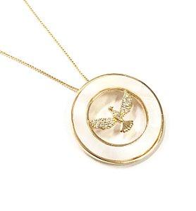 Gargantilha folheada a ouro com pingente cravejado de zirconia e madrepérola