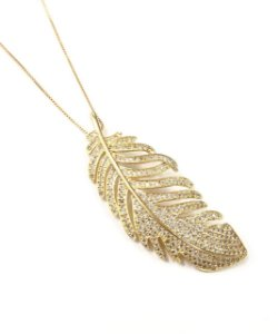 Gargantilha folheada a ouro com pingente de folha todo cravejado de zirconia