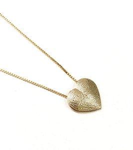 Gargantilha choker folheada a ouro com pingente de coracao