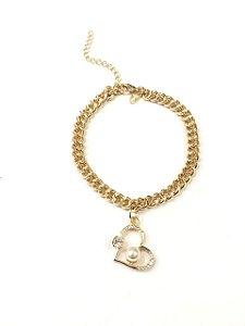 Pulseira folheada a ouro com pingente de coração cravejado com  zirconias e pérola
