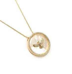 Gargantilha  folheada a ouro com pingente cravejado de zirconia e madreperola