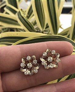 Brinco pequeno flor folheado a ouro cravejado com zircônias