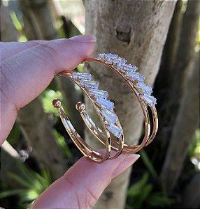 Brinco de argola folheado a ouro cravejado com zircônia
