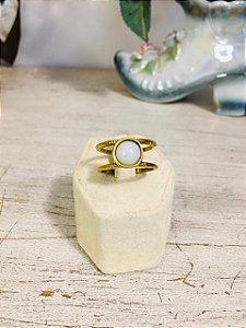 Anel dourado pedra branca